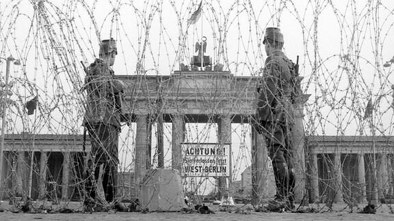 Jahrzehnteland trennte am Brandenburger Tor Stacheldraht Ost- und Westberlin