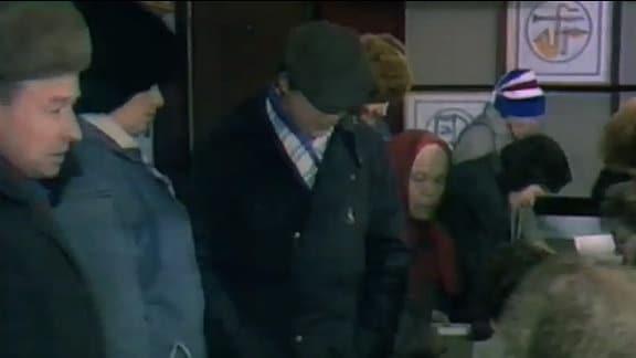 Menschen in einem Wahlbüro