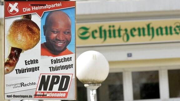 Blick auf ein rassistisches Wahlplakat der rechtsextremen NPD vor dem Schützenhaus in Pößneck (Saale-Orla-Kreis). (2009)