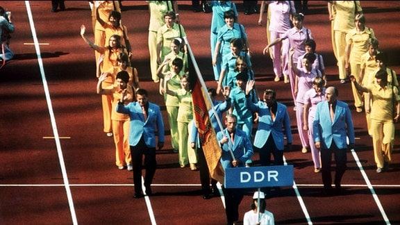 Einmarsch der Mannschaft aus der DDR: Blick über das Münchener Olympiastadion während der Eröffnungsfeier der Olympischen Sommerspiele am 26. August 1972.