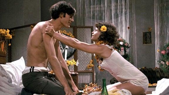 Paul (Winfried Glatzeder) und Paula (Angelica Domröse) in Paulas geschmücktem Bett