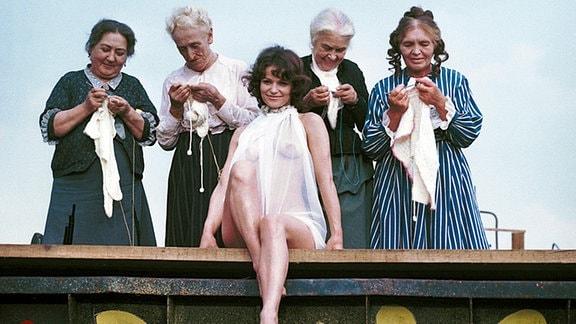 Paula (Angelica Domröse, Mitte) umrahmt von Frauen ihrer Familie