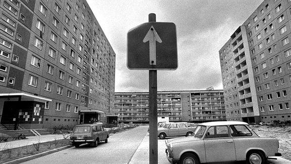 Pkw vom Typ Trabant und Wartburg zwischen Plattenbauten im Neubaugebiet Marzahn in Berlin, aufgenommen im Frühjahr 1988.