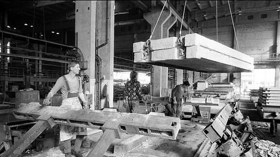 Präzises Stapeln ist im Leipziger VEB Plattenwerk so wichtig wie die zügige Produktion. (1988)