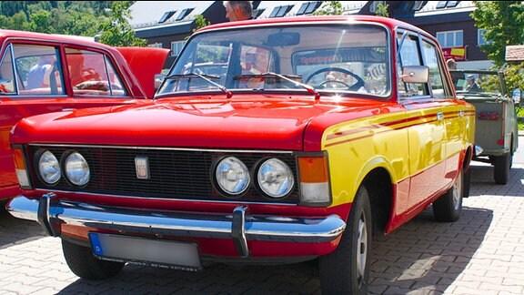 frontal aufgenommen - roter Polski-Fiat mit gelben Seitenstreifen