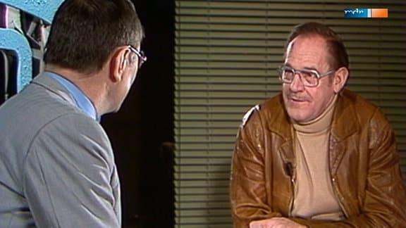 """Peter Przybylski, der Staatsanwalt aus """"Der Staatsanwalt hat das Wort"""", plaudert mit Herbert Köfer."""