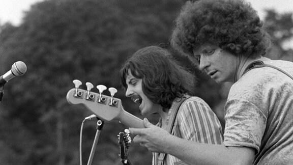 Harry Jeske, Bassist (vorn) und Dieter Hertrampf, Sänger und Gitarrist der Puhdys, 1972