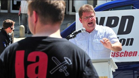 Der NPD-Vorsitzende Holger Apfel spricht in Plauen auf einer Kundgebung seiner Partei.