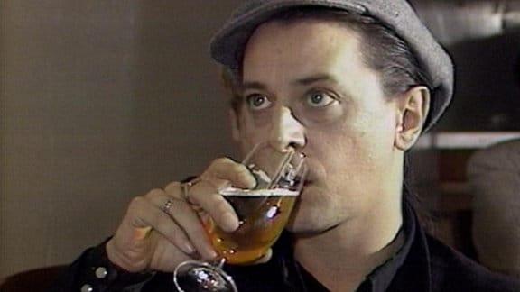 Rio Reiser trinkt Bier.