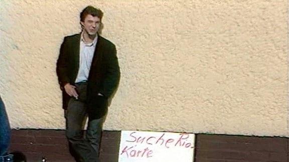 Ein Reiser-Fan wartet vor der Konzerthalle.