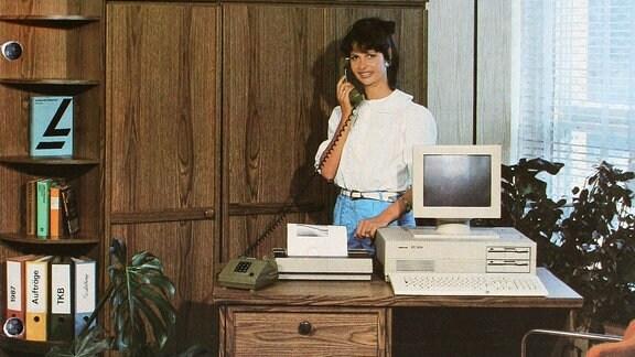 Robotron Werbefoto von 1989. Im Jahre 1989 betrug die Belegschaft des Kombinates 68.000 Beschäftigte, die Zahl der Betriebe 21 und der Umsatz 12,8 Milliarden Mark der DDR. (Quelle: Wikipedia)