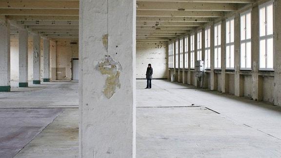 Radeberg: Gudrun Kluge in einer ehemaligen Produktionshalle.