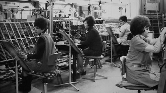 Als Stammbetrieb von Robotron und Sitz der Kombinatsleitung wurde zunächst das Fernsehwerk VEB Rafena in Radeberg genutzt. Hier wurden auch die ersten Computer R300 produziert.
