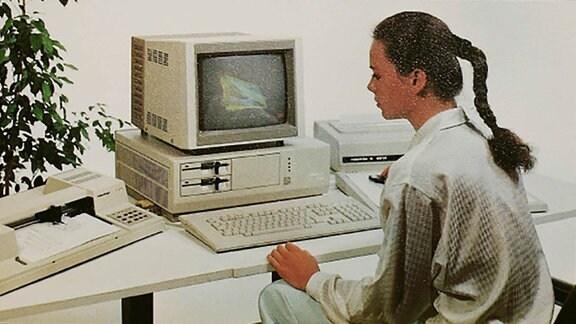 In den 1980er Jahren erlangte Robotron auch für den westdeutschen Markt Bedeutung, indem Peripheriegeräte wie Drucker für Heimcomputer geliefert wurden. Diese wurden beispielsweise unter dem Namen Präsident (BRD) und Samelco (USA) angeboten. Auch ein Großteil der Schreibmaschinen wurden über Versandhandelsunternehmen im Westen verkauft. (Quelle: Wikipedia)