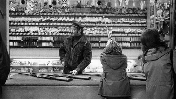 Schießbudenbesitzer auf dem Jahrmarkt in Leipzig 1981