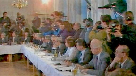 """""""Aktuelle Kamera"""" berichtet vom ersten Runden Tisch"""