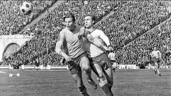 Dieter Scherbarth (r.) im Zweikampf mit dem Lok-Spieler Peter Geißner in den 60er-Jahren im Leipziger Zentralstadion