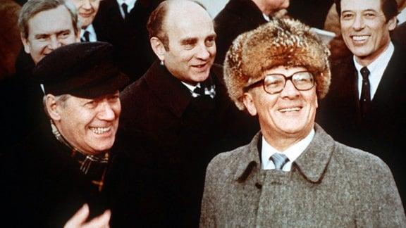Der Staatsratsvorsitzende der DDR, Erich Honecker, begrüßt den deutschen Bundeskanzler Helmut Schmidt kurz nach dessen Ankunft am 11. Dezember 1981 auf dem Flughafen Schönefeld bei Ost-Berlin.