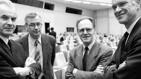 Volkskammerabgeordneter Hans Modrow (li., GDR/PDS) und Volkskammerabgeordneter Täve Schur (2.v.re., GDR/PDS) anlässlich der konstituierenden Sitzung der Volkskammer in Berlin Ost.