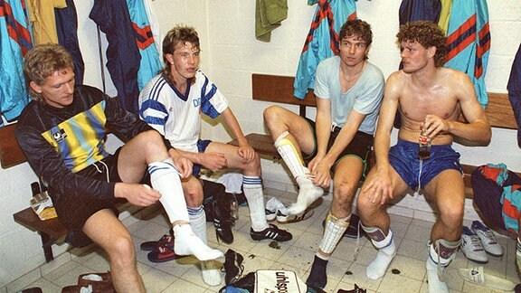 DDR-Torhüter Rene Adler, Abwehrspieler Jörg Schwanke, Torhüter Jörg Schmidt und Abwehrspieler Torsten Kracht (v.l.) sitzen nach dem Spiel ausgepumpt in der Umkleidekabine des Brüsseler Constant-Vandenstock-Stadions.
