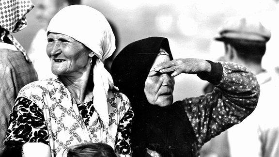 Alte Mütterchen mit Kopftuch
