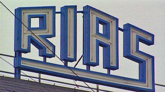 Leuchtbuchstaben auf Dach RIAS-Gebäude in West-Berlin
