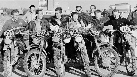 Trophy-Sieg für die DDR bei den Six Days 1964 in der Heimat (Erfurt): Das DDR-Sextett verteidigte die Trophy – von links: Baumann, Uhlmann, Weber, Salevsky, Uhlig und Lohr