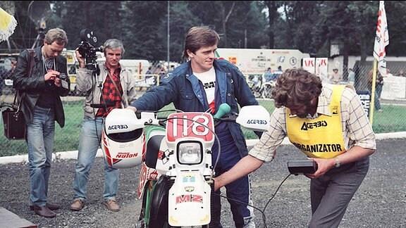 Harald Sturm, vierfacher Europameister und Trophy-Sieger/Mannschafts-Weltmeister 1987 … bei der Maschinenabnahme 1987