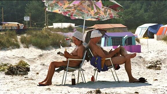 Ein Ehepaar auf dem FKK-Zeltplatz Prerow auf dem Darß