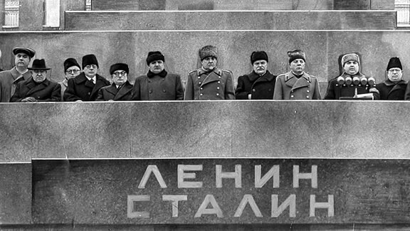 Politprominenz steht anlässlich der Beerdigung Josef Stalins auf dem Leninmausoleum auf dem Roten Platz in Moskau. (1953)