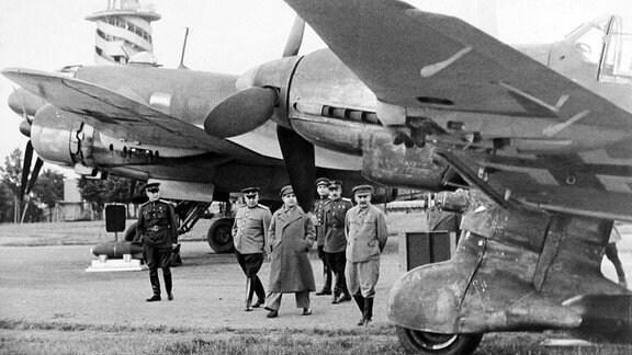Joseph Stalin mit anderen Militärs auf Visite bei Kampfflugzeugen in Moskau.