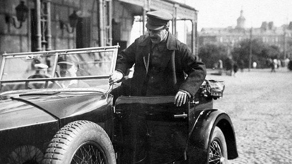 Joseph Stalin steigt ins Auto. (1941)