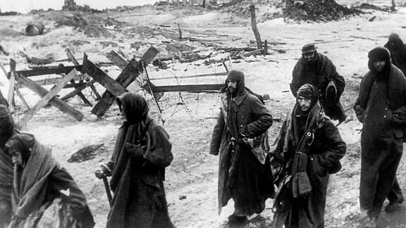 Überlebende deutsche Soldaten verlassen nach der Kapitulation Stalingrad