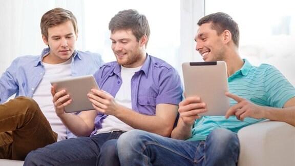Jugendliche mit Tablet.