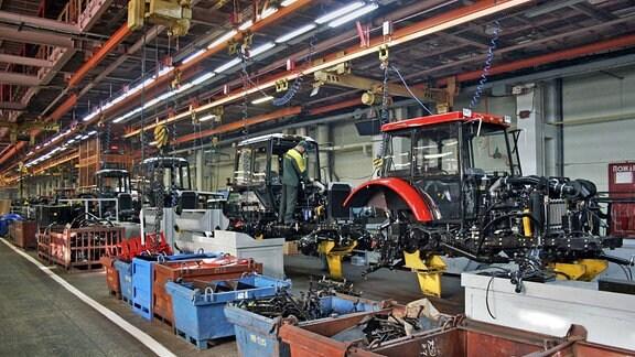 Fertigungshalle im Traktorenwerk Minsk.