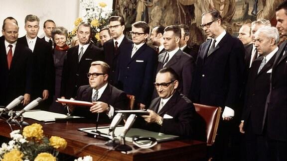 Im Gobelin-Saal im Palais Schaumburg in Bonn wurde das Berlin-Transit-Abkommen durch Staatssekretär Egon Bahr vom Bundeskanzleramt (rechts) und Staatssekretär Michael Kohl vom DDR-Ministerrat (links) unterzeichnet.
