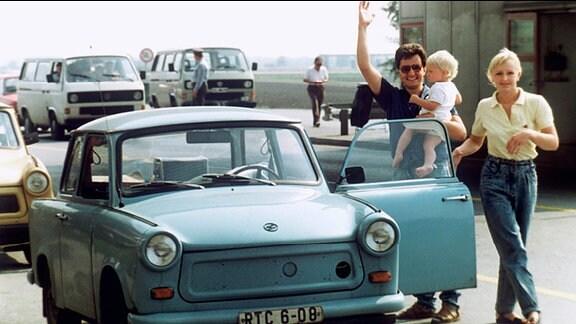 Eine Familie aus der DDR hat mit ihrem Trabi am 11. September 1989 die ungarisch-östereichische Grenze überquert.