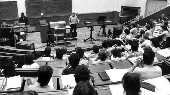 Studenten der Friedrich-Schiller-Universität in Jena bei einer Physik-Vorlesung am 5. Oktober 1983.