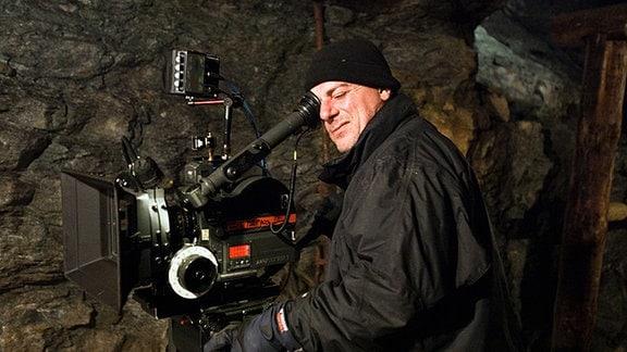 Kameramann Gero Steffen im Stollen des Bergwerks bei den Dreharbeiten.