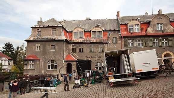 Das Filmteam rückt mit Ausrüstung und Kameras an: Gedreht wurde bis zum 18. November an Drehorten in Deutschland und Tschechien.