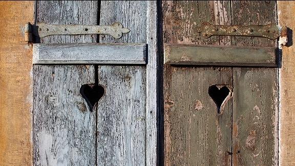 Zwei Fensterläden mit einem ausgeschnittenen Herz.