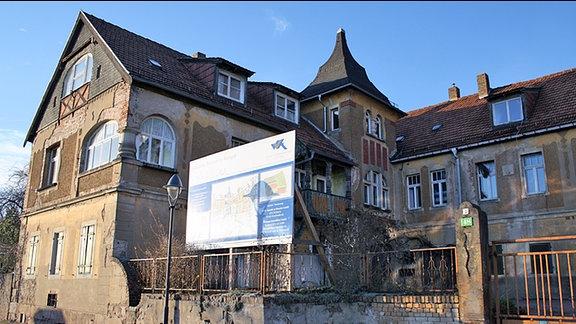 Blick auf ein verfallenes Gebäudeensembles
