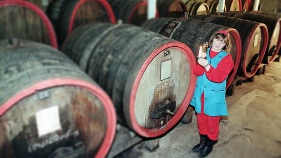 """Weinprüferin Bärbel Prichta bei einer Probe im Weinsaal der """"Rotkäppchen""""-Sektkllerei Freyburg."""