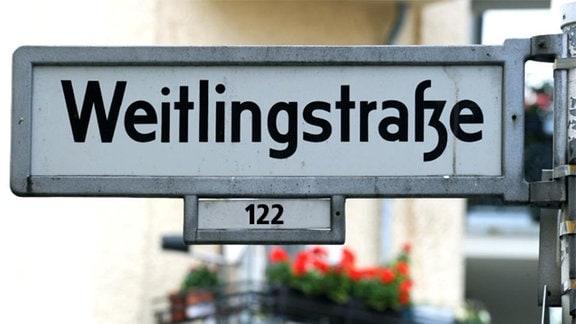 Straßenschild der Weitlingstraße im Berlin-Lichtenberg.