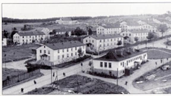 Vogelperspektive auf eine Siedlung mit Mehrfamilienhäusern.
