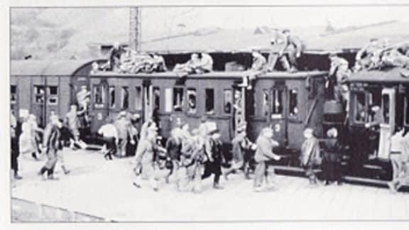 Täglich rollten in den Schichtzügen der Wismut tausende Kumpel zur Arbeit. Viele hockten auf den Dächern oder fuhren auf den Trittbrettern mit.
