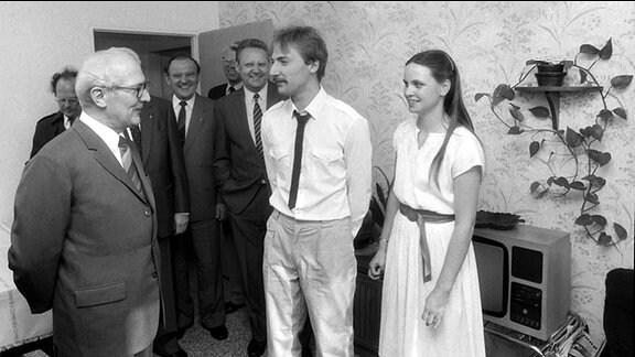 DDR-Staats- und Parteichef Erich Honeckerübergibt am 12. Oktober 1988 in Berlin-Hohenschönhausen die dreimillionste Wohnung.