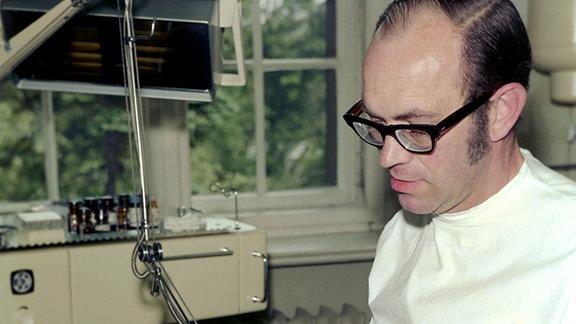 Ein Zahnarzt bei der Behandlung einer Patienten in der Betriebspoliklinik des VEB Schwermaschinenbau Lauchhammer, aufgenommen im Juli 1974.