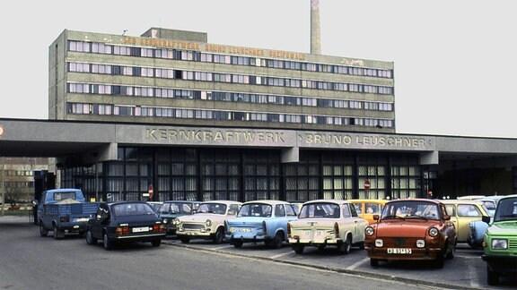 Trabbis vor dem ehemaligen DDR-Kernkraftwerk Bruno Leuschner in Greifswald.