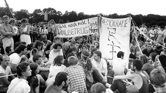 Demonstration - Jugendliche mit Spruchbändern gegen Wahlbetrug.